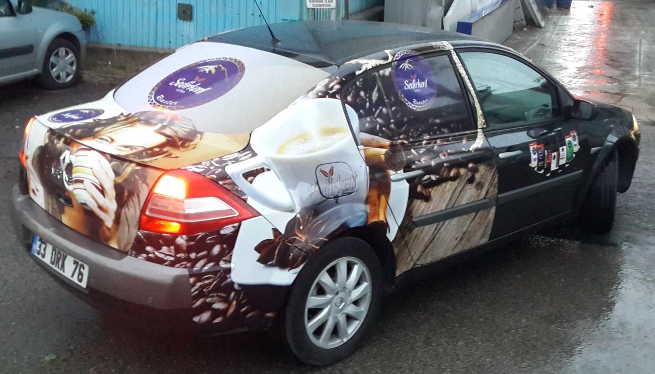 Araç giydirme işlemi,  halk arasında araba reklamı, araba üstü reklam gibi terimlerle tanınmaktadır. Bu reklam uygulaması Cast Folyo isimli 0,11 – 0,13 mm kalınlığında yapışkan PVC ile y (4)