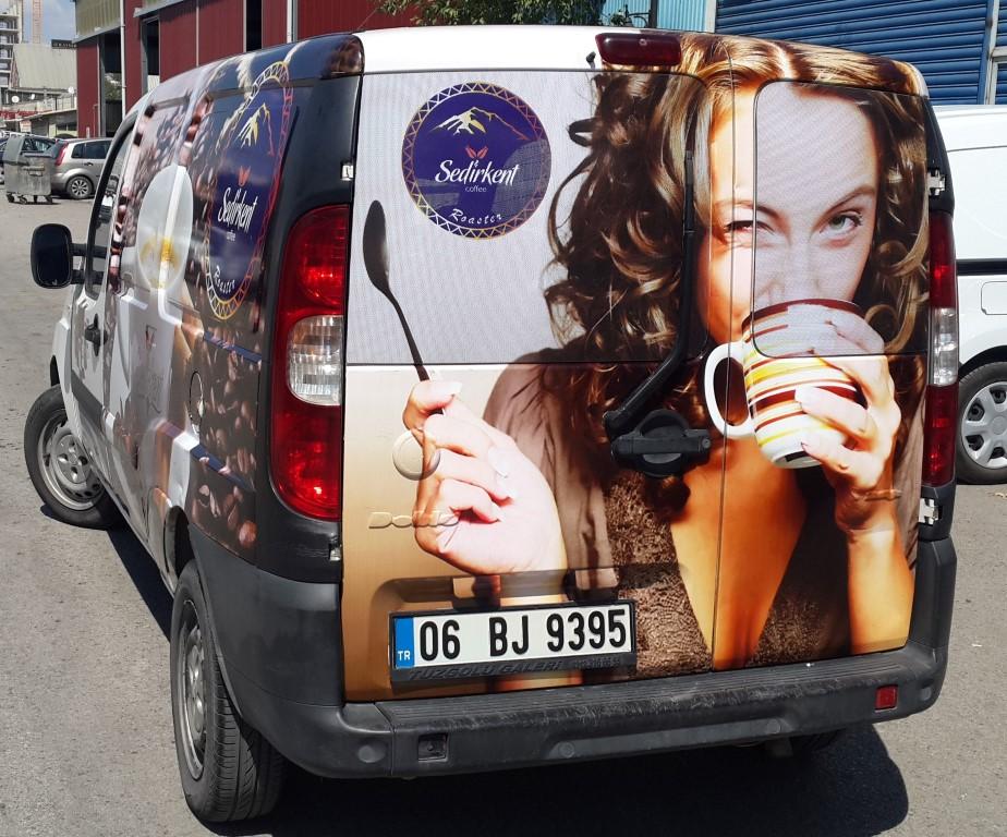 Araç giydirme işlemi,  halk arasında araba reklamı, araba üstü reklam gibi terimlerle tanınmaktadır. Bu reklam uygulaması Cast Folyo isimli 0,11 – 0,13 mm kalınlığında yapışkan PVC ile y