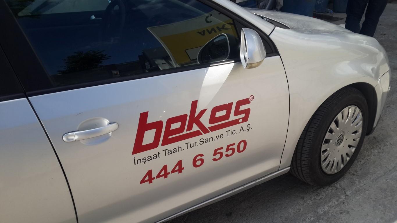 Araç giydirme işlemi,  halk arasında araba reklamı, araba üstü reklam gibi terimlerle tanınmaktadır. Bu reklam uygulaması Cast Folyo isimli 0,11 – 0,13 mm kalınlığında yapışkan PVC ile yapılan bir uygulama (2)