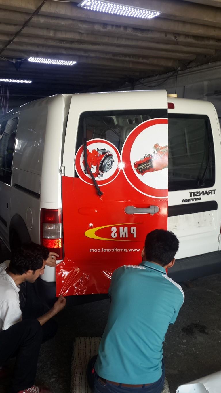 Araç giydirme işlemi,  halk arasında araba reklamı, araba üstü reklam gibi terimlerle tanınmaktadır. Bu reklam uygulaması Cast Folyo isimli 0,11 – 0,13 mm kalınlığında yapışkan PVC ile yapılan bir uygulama (8)