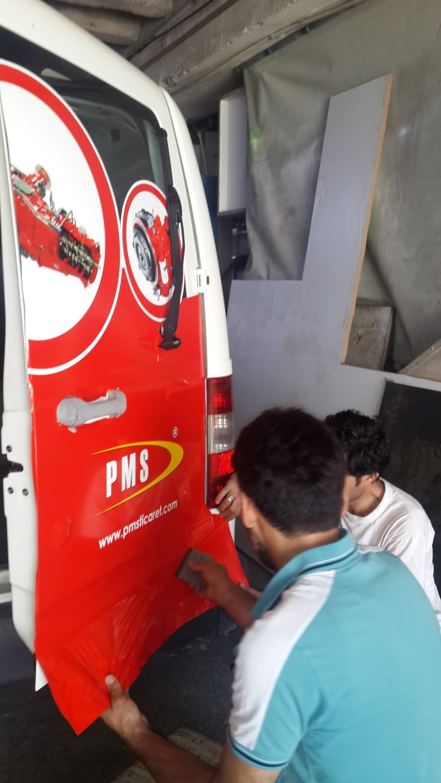 Araç giydirme işlemi,  halk arasında araba reklamı, araba üstü reklam gibi terimlerle tanınmaktadır. Bu reklam uygulaması Cast Folyo isimli 0,11 – 0,13 mm kalınlığında yapışkan PVC ile yapılan bir uygulama (9)